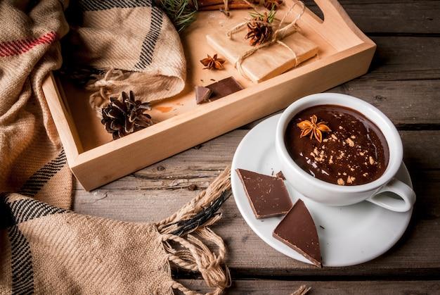 Tasse de chocolat chaud et cadeau de noël