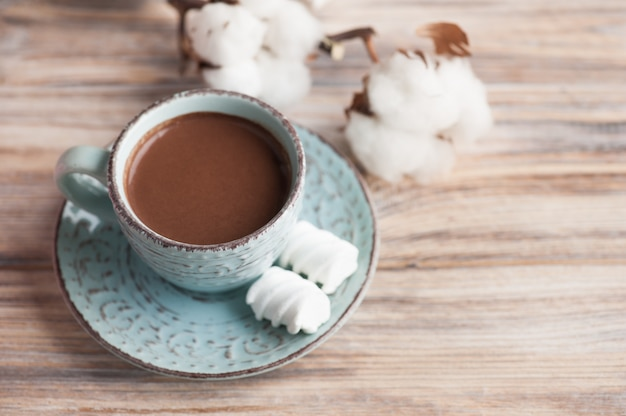 Tasse de chocolat chaud et de coton