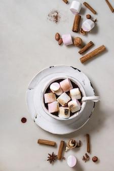 Tasse de chocolat chaud à la guimauve
