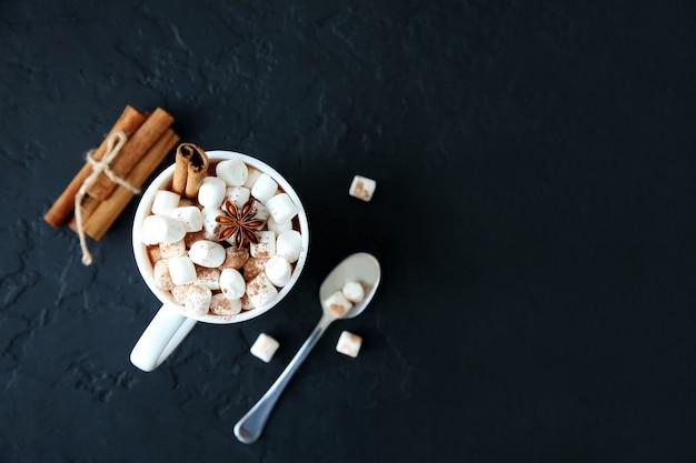 Tasse de chocolat chaud avec des guimauves. vue de dessus, espace de copie.