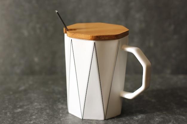 Une tasse avec un couvercle et une cuillère