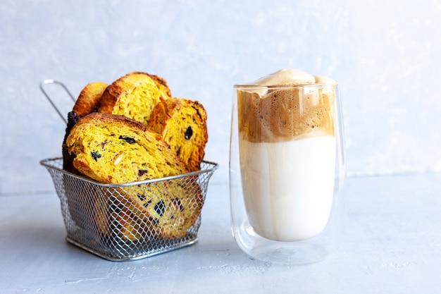 Tasse de crème fraîche à la mode, dalgona, café froid et biscotti italien