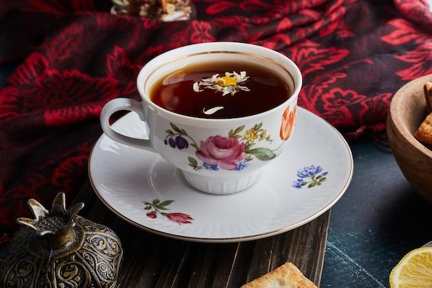 Une tasse décorative de tisane.
