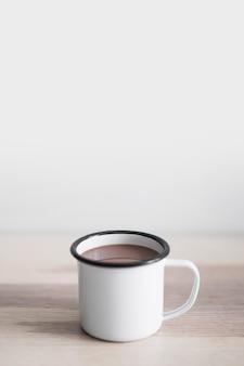 Tasse de délicieux cacao boisson sur table en bois