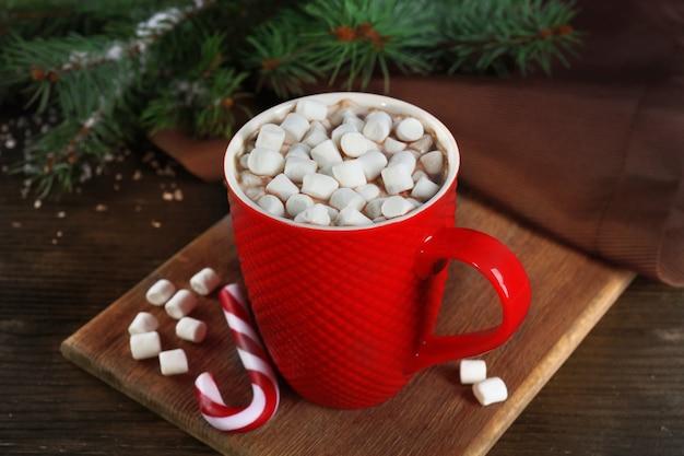 Une tasse de délicieux cacao et guimauve sur la table
