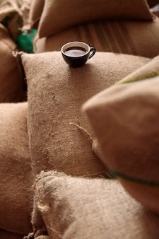 Une tasse de délicieux café torréfié frais dans l'entrepôt de café