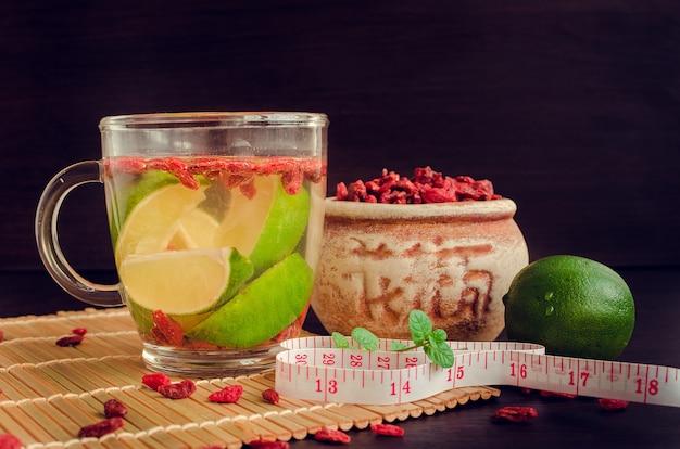 Tasse de délicieux thé diététique aux baies de goji