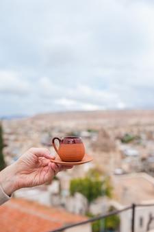 Tasse avec du café turc traditionnel sur fond de vallée en cappadoce turquie