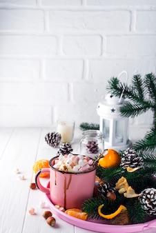 Tasse avec du chocolat chaud avec guimauve fondue