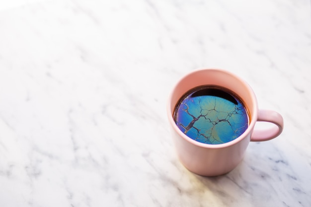 Une tasse avec du vieux thé. thé recouvert d'un film. vieux café. film d'huile. le raid est magnifique. corrosion. l'eau douce donne un résultat de film