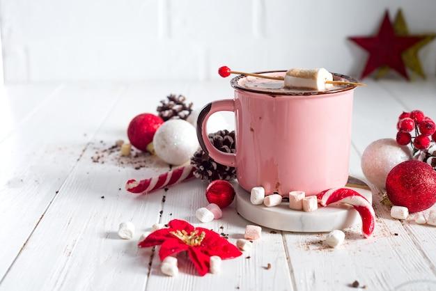 Tasse d'émail de cacao chaud avec mini guimauves et cannes de bonbon avec pin