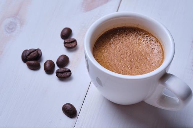 Une tasse d'espresso et de grains de café.