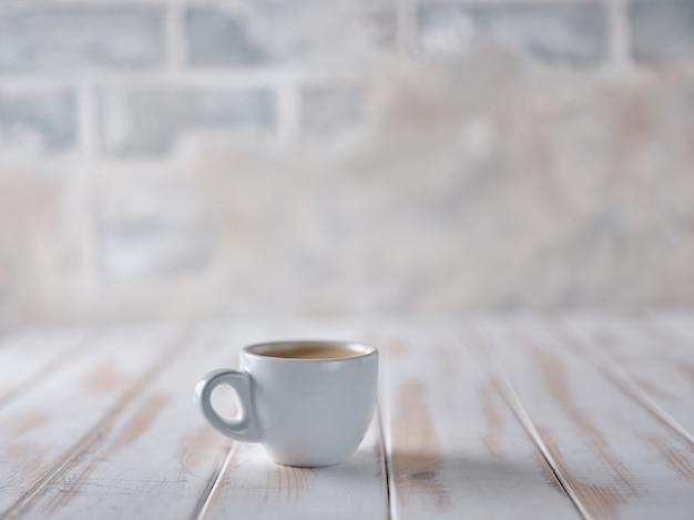 Une tasse d'espresso sur un tableau blanc