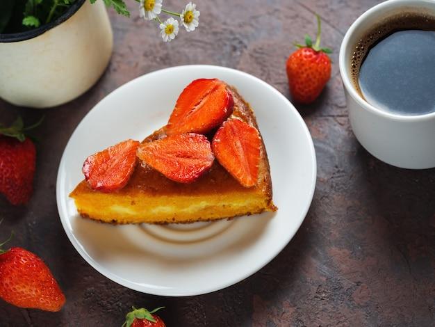 Une tasse d'espresso et de tarte aux fraises sur la table