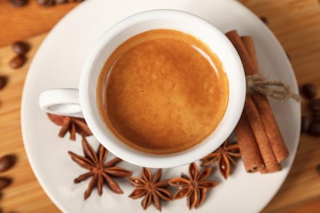 Tasse à expresso blanc sur les grains de café.