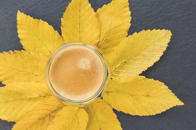 Tasse d'expresso et feuilles d'automne jaunes