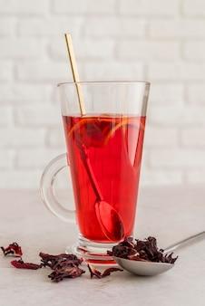 Tasse fraîche avec du thé