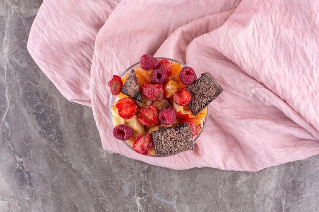 Tasse de fruit et de casse-croûte sur la surface en béton