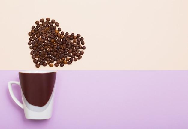 Tasse de grains de café en forme de coeur