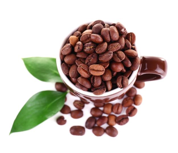 Tasse de grains de café isolé sur blanc