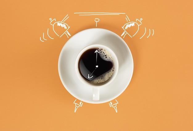 Tasse d'horloge d'espresso frais avec signe d'horloge sur fond orange