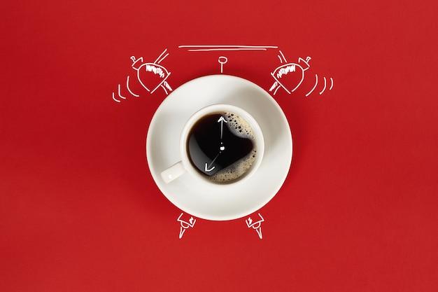 Tasse d'horloge d'espresso frais avec signe d'horloge sur fond rouge
