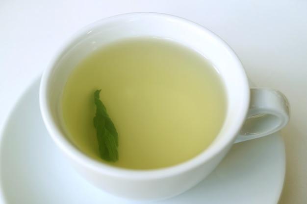 Tasse d'une infusion de thé chaud coca-leaf pour prévenir le mal de l'altitude, pérou, amérique du sud