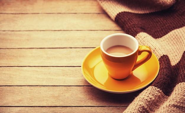 Tasse jaune de l'écharpe de café et vintage.