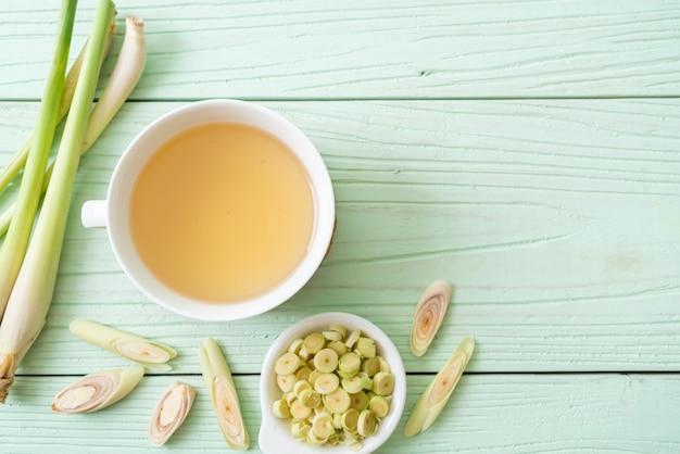 Tasse de jus de citronnelle chaud