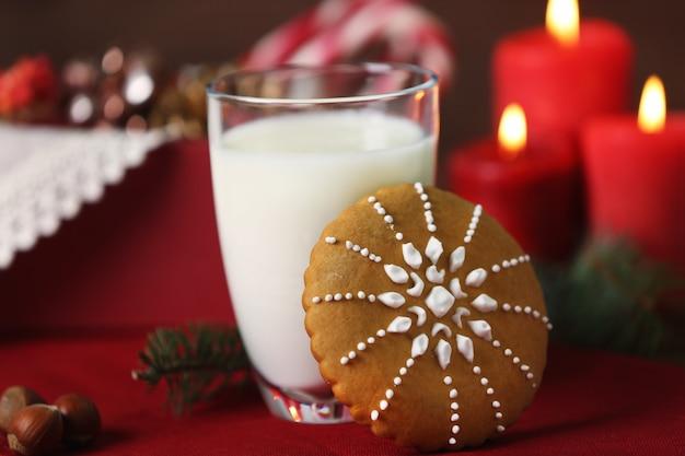 Tasse de lait et biscuit de noël sur table
