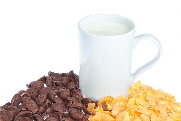 Une tasse de lait sur les céréales