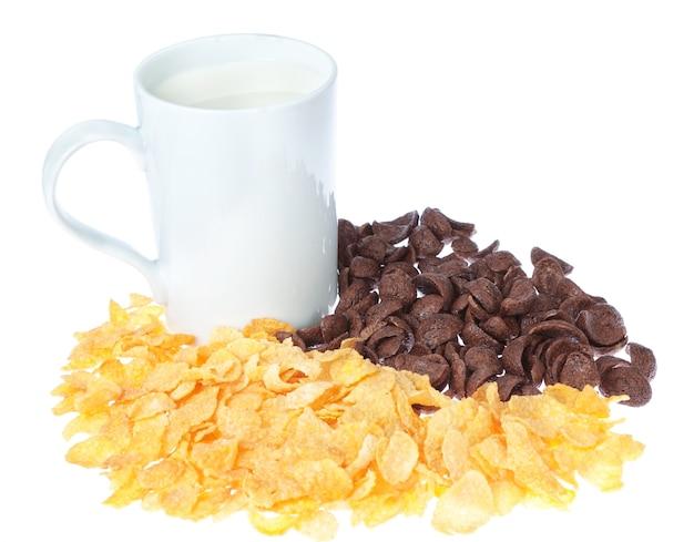 Tasse de lait sur un mur de flocons de maïs au chocolat.