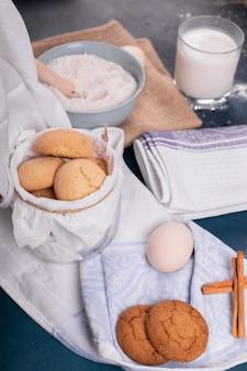 Tasse de lait avec pot de biscuits et farine