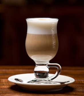 Tasse de latte chaud avec mousse