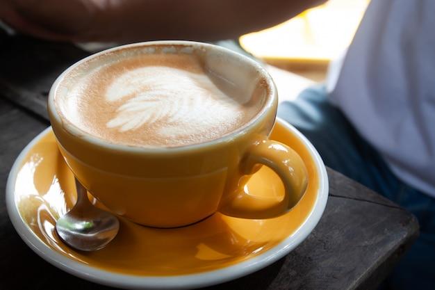 Une tasse de latte chaud sur une table en bois