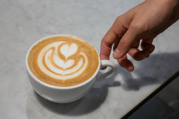 Une tasse de latte sur la table