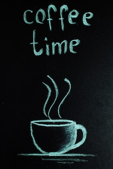 Une tasse marquée à la craie avec une étiquette de café, de couleur bleu pastel.
