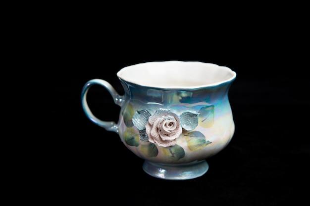 Tasse multicolore avec fleurs en stuc