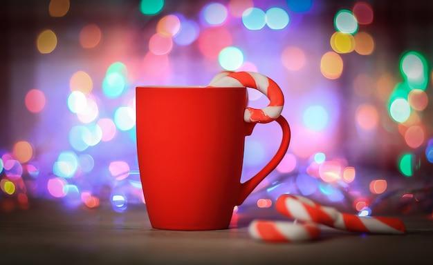 Tasse de noël rouge en arrière-plan festif lumineux
