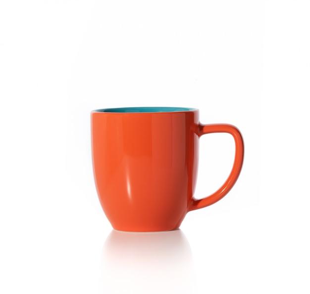Tasse orange sur fond blanc