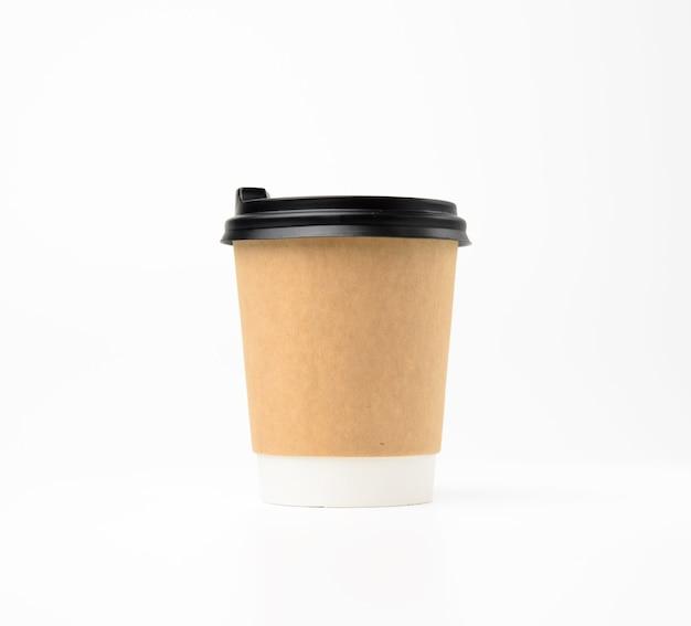 Tasse en papier brun avec couvercle en plastique sur une surface blanche, contenant de boisson à emporter