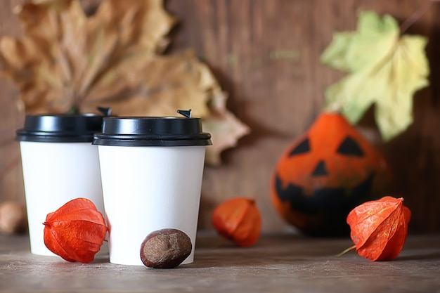 Tasse de papier de café sur la table avec la citrouille