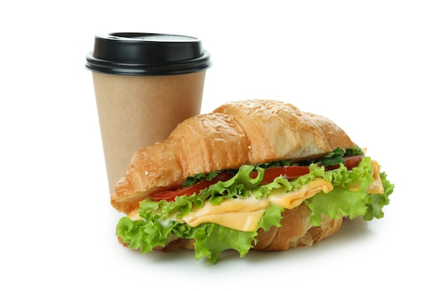 Tasse de papier et sandwich au croissant isolé sur blanc