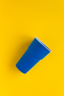 Tasse en plastique bleu foncé