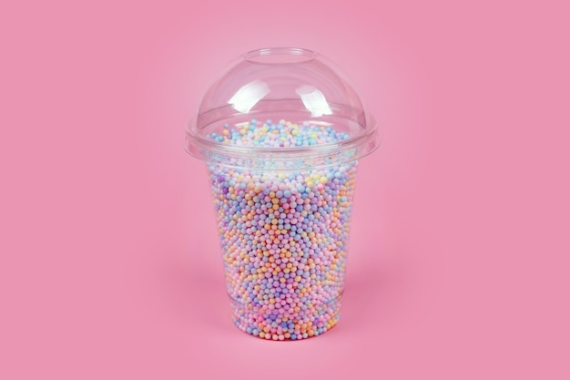 Tasse en plastique à emporter avec dôme pour boissons froides remplies de boules de sucre colorées