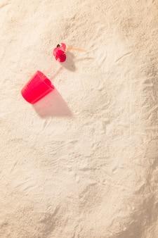 Tasse en plastique rouge sur la plage