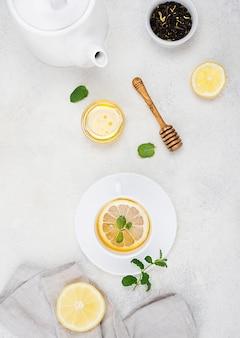 Tasse plate avec thé au citron
