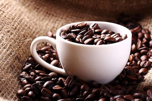 Tasse pleine de grains de café