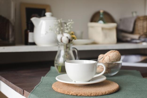 Tasse de porcelaine sur la table dans la cuisine