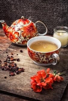 Tasse en porcelaine de thé parfumé pour herbes médicinales dans un style rétro